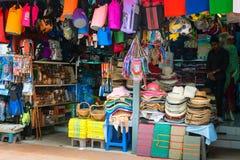 与纪念品的亚洲零售摊位在旅游区 图库摄影