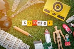 与纪念品的夏天概念在草地板上 免版税库存照片