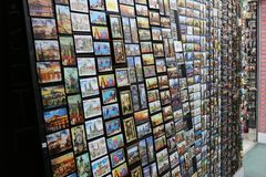 与纪念品磁铁的立场在布拉格 免版税库存图片