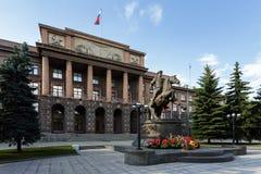与纪念碑的巨大的斯大林大厦对战士在叶卡捷琳堡 免版税库存照片