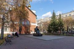 与纪念碑的正方形对圣在圣约翰前面教会的卢卡Voyno-Yasenetsky先行者1890在秋天 库存图片