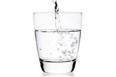 与纯净的水和泡影的玻璃 免版税库存照片
