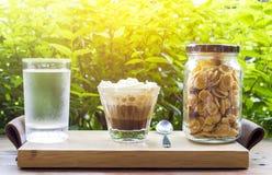 与纯奶油和早餐谷物的咖啡 免版税库存照片