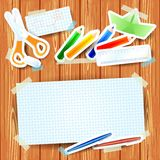 与纸元素和白纸的学校背景 免版税图库摄影