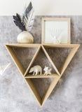 与纸动物的三角架子 免版税库存图片