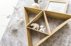与纸动物的三角架子 免版税图库摄影