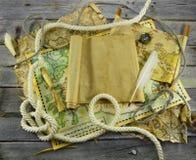 与纸卷和翎毛钢笔的海盗地图 免版税库存照片