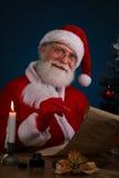 与纸卷的圣诞老人 免版税库存照片