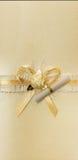 与纸卷的金黄弓 免版税库存图片