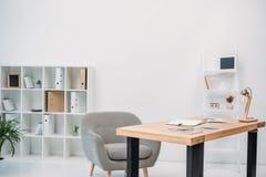 与纸和数字式片剂的现代办公室内部 免版税库存图片