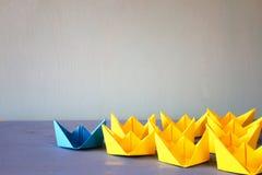 与纸小船的领导概念 免版税库存图片