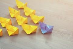 与纸小船的领导概念 库存图片