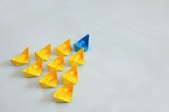 与纸小船的领导概念 免版税图库摄影