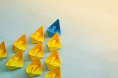 与纸小船的领导概念 免版税库存照片