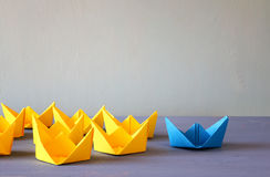 与纸小船的领导概念 库存照片
