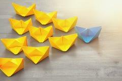 与纸小船的领导概念 图库摄影