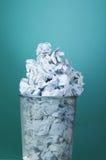 与纸张浪费的垃圾桶 库存照片