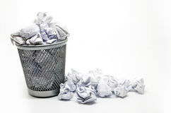 与纸张浪费的垃圾桶 免版税库存照片