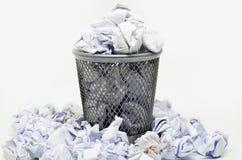 与纸张浪费的垃圾桶 库存图片
