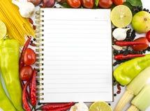 与纸张的新鲜蔬菜和香料附注的 免版税库存照片