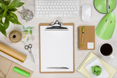 与纸持有人的办公室桌在中心和各种各样的供应 免版税库存照片