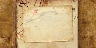 与纸明信片的老葡萄酒册页 库存图片