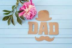 与纸板信件和紫色牡丹o的父亲节背景 免版税库存图片