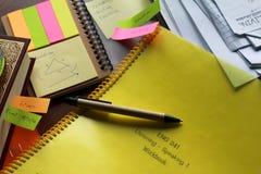 与纸板料和书支柱的一笔笔记colorfull 免版税库存照片