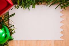 与纸板料的圣诞节装饰在木背景 库存图片