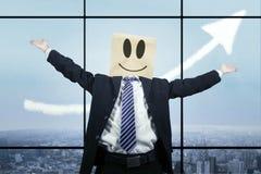 与纸板头的快乐的商人 库存图片