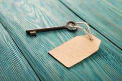 与纸标签的老生锈的钥匙在木板 图库摄影