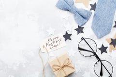 与纸标记的愉快的父亲节背景,礼物、玻璃、领带和bowtie在石台式视图在舱内甲板放置样式 库存图片