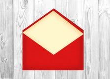 与纸牌的红字信封在白色木背景 免版税库存照片