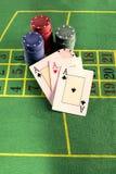 与纸牌筹码的卡片在绿色地毯 免版税库存图片