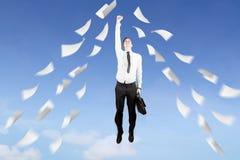 与纸的欧洲商人飞行在天空 免版税图库摄影