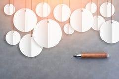 与纸的白色圆的横幅切开了技术和铅笔在灰色bac 库存图片