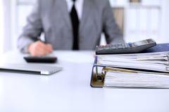 与纸的黏合剂等待处理与在迷离的女商人后面 会计计划预算,审计和 库存图片