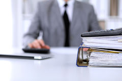 与纸的黏合剂等待处理与在迷离的女商人后面 会计计划预算,审计和 库存照片
