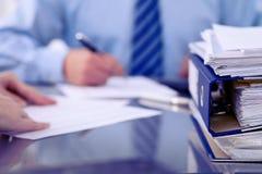 与纸的黏合剂等待由簿记员处理在迷离 会计计划预算,审计 免版税图库摄影