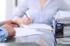 与纸的黏合剂等待由簿记员处理在迷离 会计计划预算,审计 库存图片