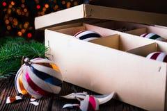 与纸盒箱子的残破的老葡萄酒圣诞节球 图库摄影