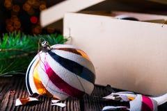 与纸盒箱子的残破的老葡萄酒圣诞节球 免版税库存照片