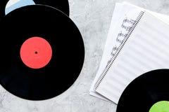 与纸笔记的纪录在dj或音乐家工作的音乐演播室在石背景顶视图大模型 图库摄影