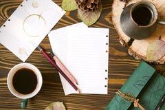 与纸笔记的,牛奶店, cofee, Ñ  ezve,锥体,秋叶的木背景 工作场所顶视图 免版税库存照片
