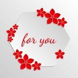 与纸红色花的纸徽章在灰色极谱背景 为 图库摄影