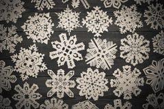 与纸雪花的圣诞节装饰 免版税库存照片