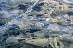 与纹理破裂的冰的照片背景蓝灰色结霜的冰 库存照片