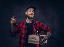 与纹身花刺的一个有胡子的时髦的行家男性 免版税图库摄影