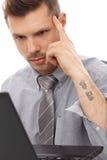 与纹身花刺的时髦生意人 库存图片
