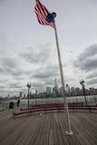 与纽约地平线的美国国旗 免版税库存图片